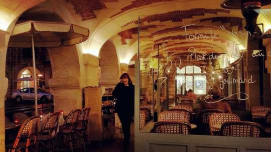 The beautiful eateries that fall along the way in Place des Vosges.