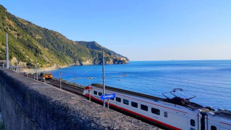 corniglia-train-station-and-manarola-in-the-background